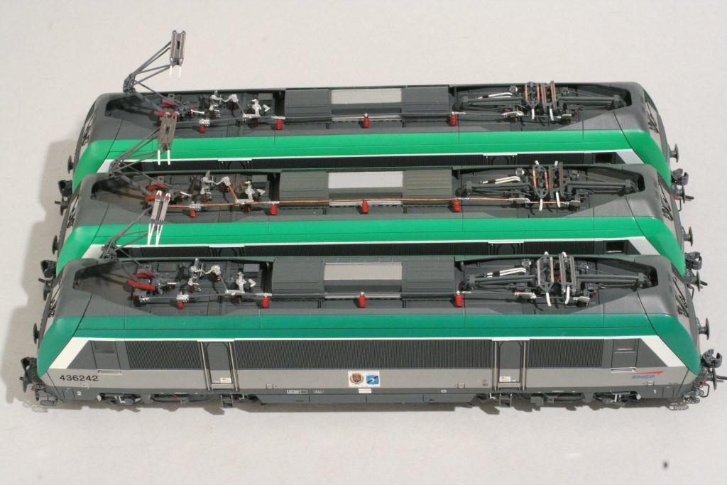 4 - Les toitures et les pantographes. La 436242 est reconnaissable à son panto 1500 V à double archet.