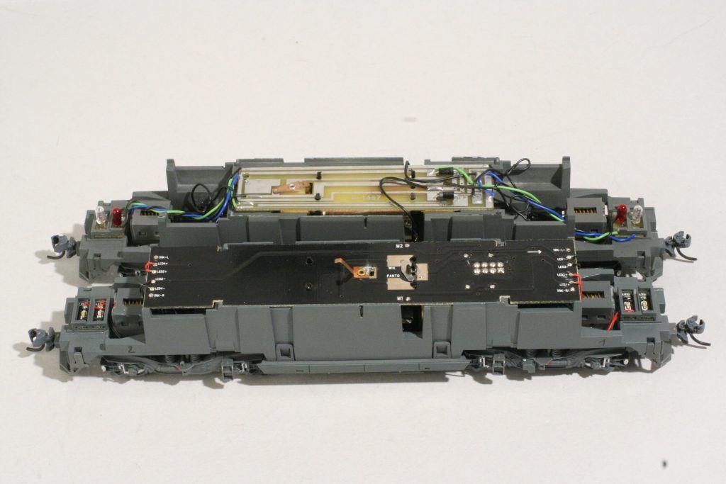 5 - Le nouveau châssis Jouef Hornby avec son électronique et ses circuits d'éclairage. Le châssis Rivarossi est en arrière plan.