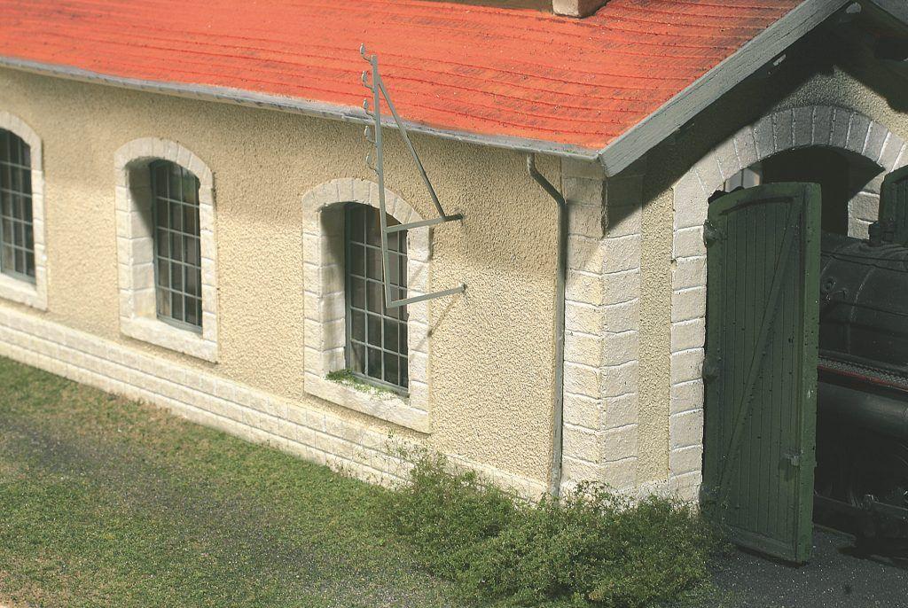 27 – Les descentes de gouttières sont posées et peintes elles aussi en gris.