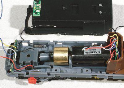 11-Le carter-lest démonté laisse apparaître la transmission et le câblage du CI des feux est fait.