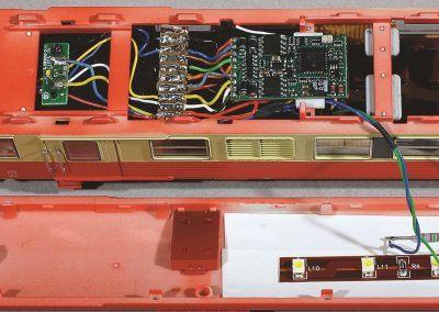 13-Installation du décodeur plat sur la motrice.