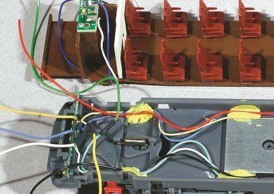16-Nouveau câblage avec alimentation en rouge et noir du MX 68 et du CI des feux. La fixation des fils par pâte à modeler est astucieuse et efficace (procédé LS-Models).