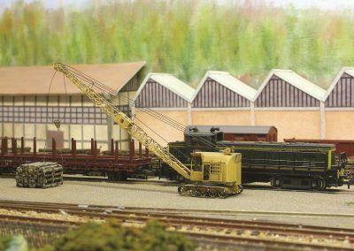 Une grue Bondy permet le chargement des traverses dans les wagons pour l'expédition aux quatre coins du pays. Une image du passé semble-t-il.