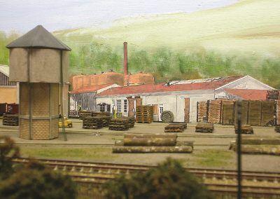 Les bâtiments en arrière-plan sont des photos du site de Bretenoux, judicieusement repris à la peinture pour les marier avec le fond de décor peint.