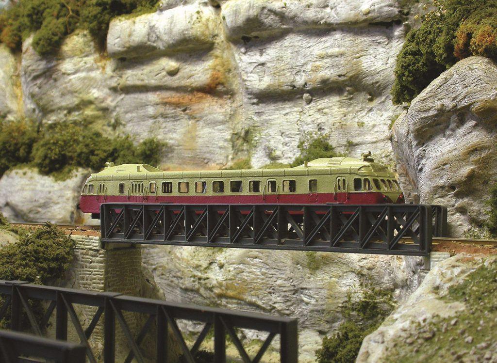 Une image classique du chemin de fer le long de la vallée de la Dordogne. Pont métallique, falaise et ADX 2. Pas de doute, nous sommes sur la région 4 !