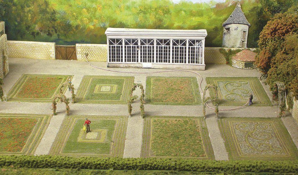 Les jardins du château surplombant la voie ferrée ont été faits par un authentique jardinier, Dominique Aumonnier, talentueux modéliste à ses heures.
