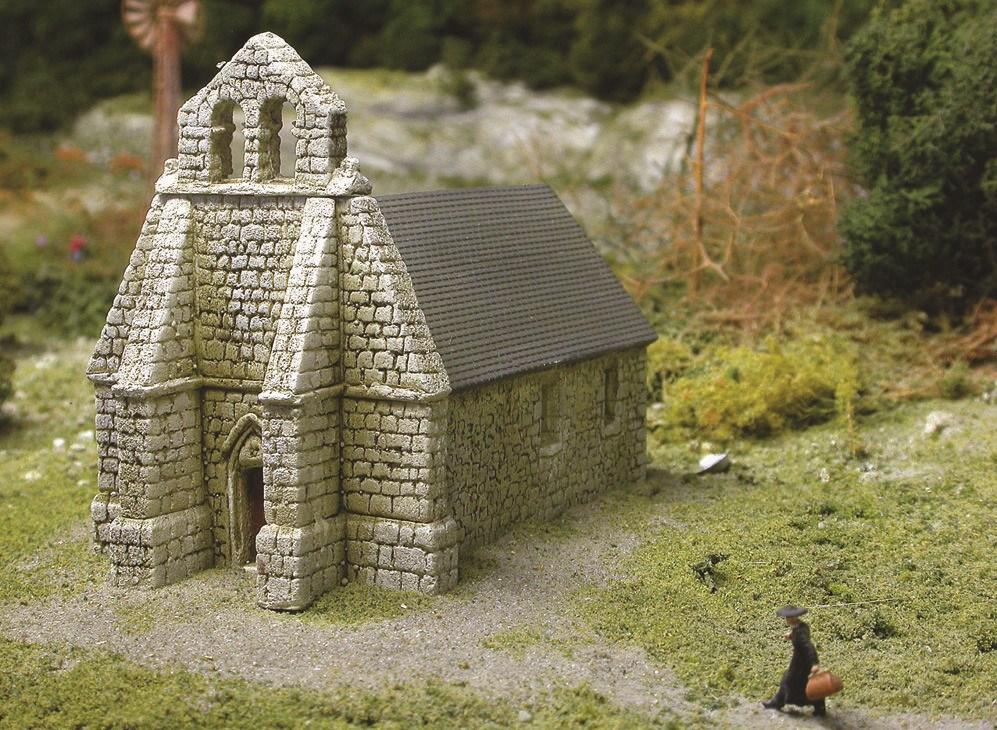 Le prélat s'active vers cette église isolée. Une messe à célébrer ? Peu importe, mais notez, là encore, le respect de l'architecture de la région (modèle Gazel).