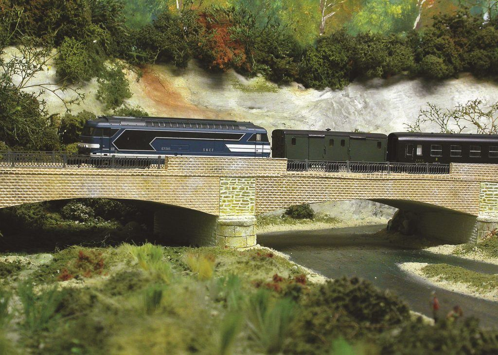La Dordogne est franchie sur ce beau pont en courbe de construction intégrale.