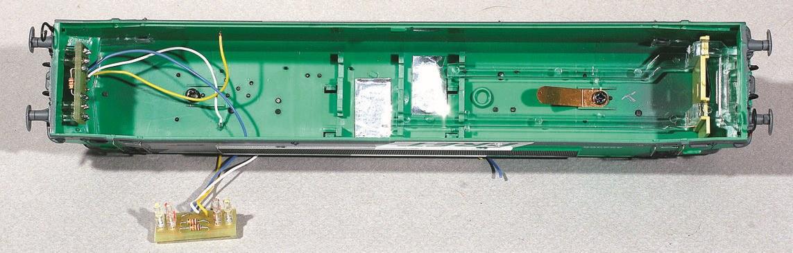 9-Intérieur de caisse avec éclairage : à droite, situation d'origine ; à gauche, éclairage Miniatures Passion monté et installé, et en premier plan un set à installer.