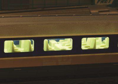 12-Une voiture du TGV POS Jouef éclairée : on appréciera ce luxe pour les voyageurs !