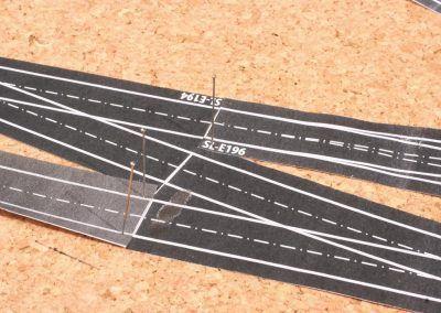 10-Avant le collage sur le liège, la voie est maintenue précisément avec des épingles.