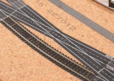 16-La portion de voie Peco a été taillée facilement à la longueur du patron et ce dernier servira en plus de guide à la pose définitive de ce coupon de voie.