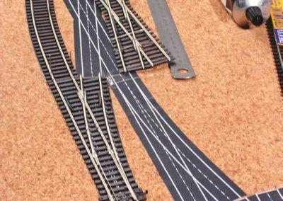 17-Voici la preuve par la photo que les planches RMF de gabarit d'aiguilles sont une aide efficace à la pose de la voie : un vrai puzzle où les pièces s'emboîtent parfaitement !