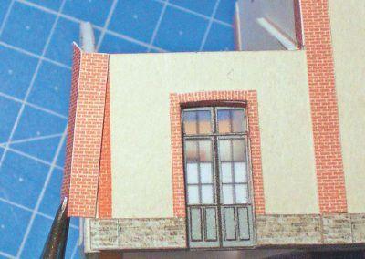 13-Pose des chaînes d'encoignures. Si vous avez convenablement vérifié la découpe de vos murs celle-ci doivent parfaitement recouvrir l'impression du dessous.