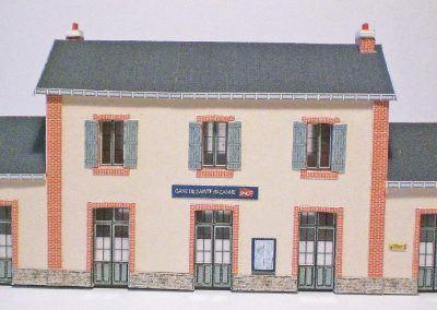 14-Sainte Pazanne côté rue. Remarquez les cheminées posées en quinconce sur la toiture.