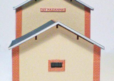 17-Vue sur un pignon avec sa petite fenêtre du rez-de-chaussée.