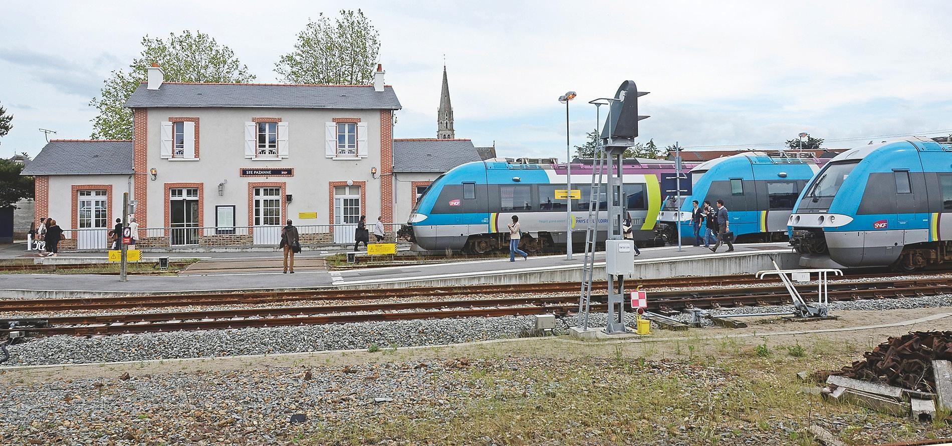La gare prise le 16 juin 2013 à 17h avec trois TER AGC en provenance de St-Gilles, de Pornic et à destination de Pornic (photo Patrick Durant).