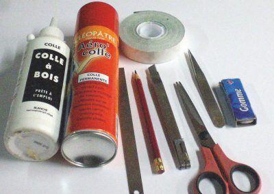 2-Outillage nécessaire. De la colle liquide Cléopâtre peut être utilisée en lieu et place de la colle en bombe.
