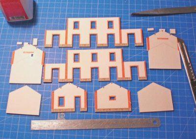 4-Les éléments sont collés sur le carton de 1,5 mm et les ouvertures sont découpées soigneusement.