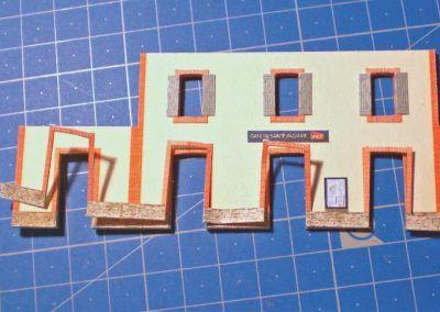 8-Vous voyez sur cette vue la pose de l'habillage des portes faite d'un seul bloc. Je vous conseille de dissocier les pièces du soubassement de l'entourage des portes ce qui vous permettra de réaliser la pose plus facilement.