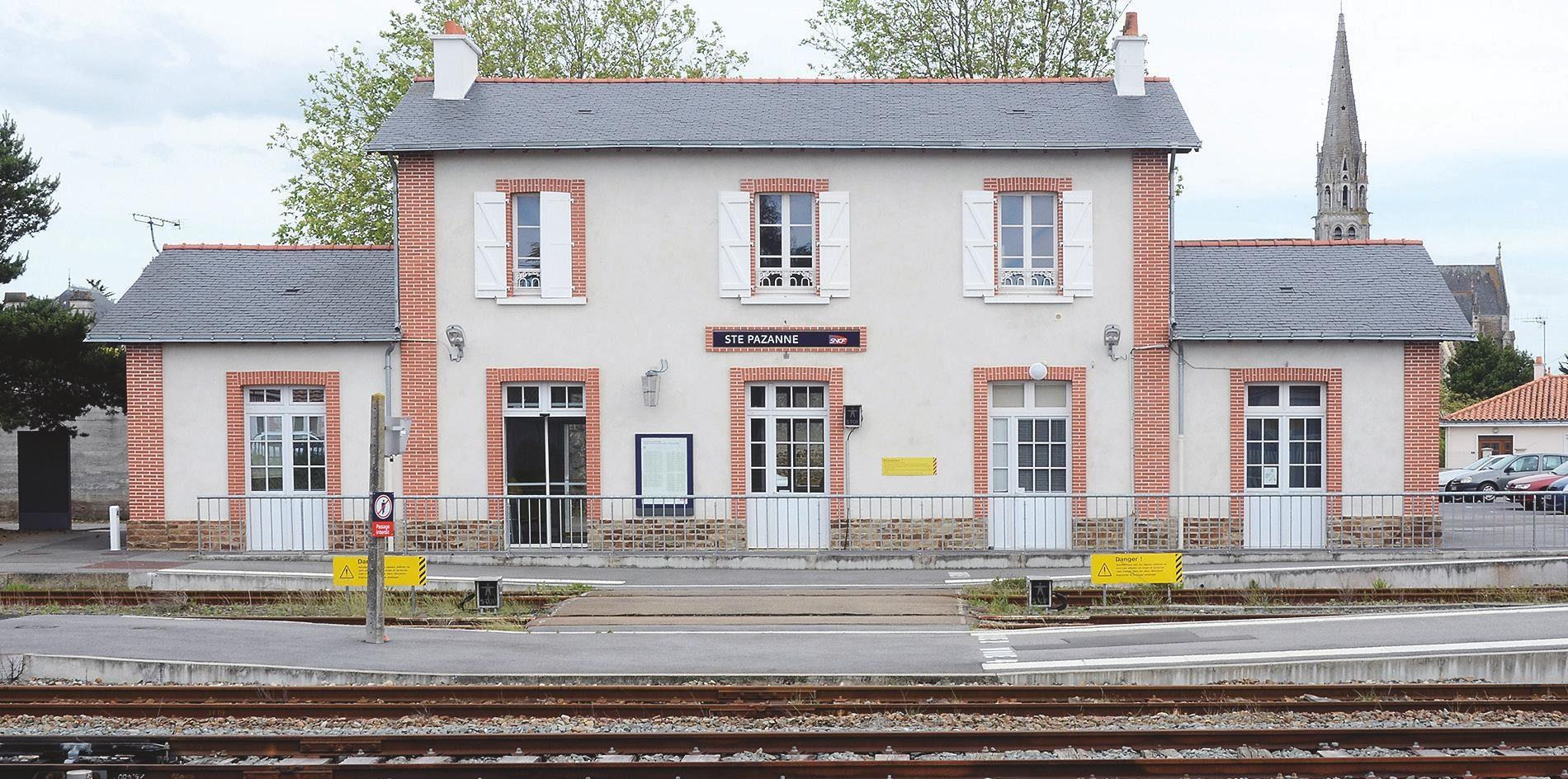 6-La gare de Sainte Pazanne côté voies, photographiée en juin 2013 (photo Patrick Durand).