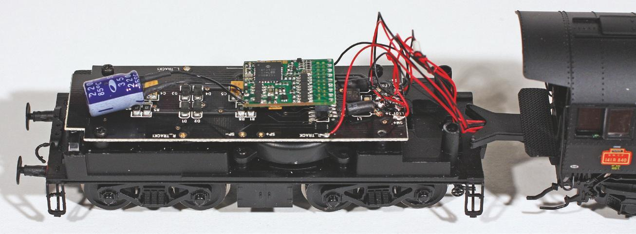 5 - Condensateur monté sur un décodeur à fiche NEM 21MTC de 141 R Jouef pour améliorer le passage en zones mal alimentées.