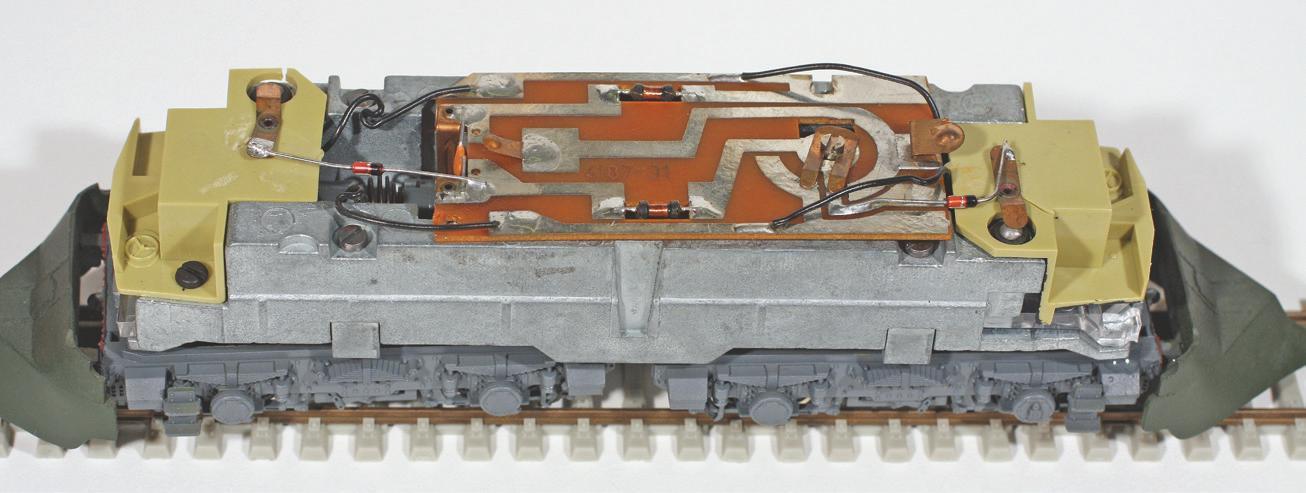 6 - Châssis de BB 4100 Roco/L'Obsidienne avec ampoules d'éclairage logées dans le châssis.