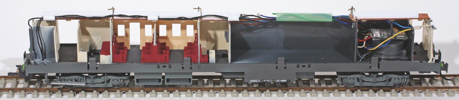 11 - Décodeur de fonction installé dans un fourgon PBA Trix, il commande les feux et l'éclairage train.
