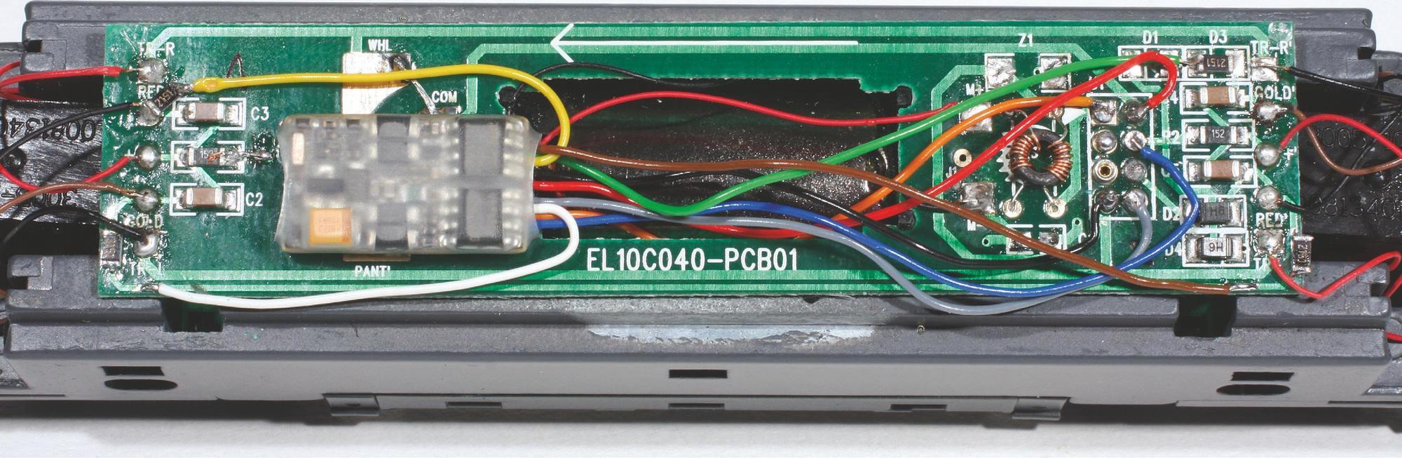 Exemple d'une installation d'un décodeur sur un châssis de locomotive BB 8500 avec feux indépendants.