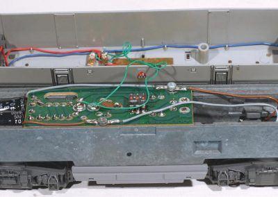2 - Après dépose de deux vis de fixation de la caisse sur le châssis, celui-ci apparaît et présente sa platine électronique de 1996.