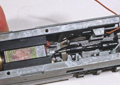 5 - Après dépose de la platine 15880 de Jouef, le moteur apparaît. Deux fils sont à souder sur les cosses du moteur pour liaison avec la platine MPPE 456.