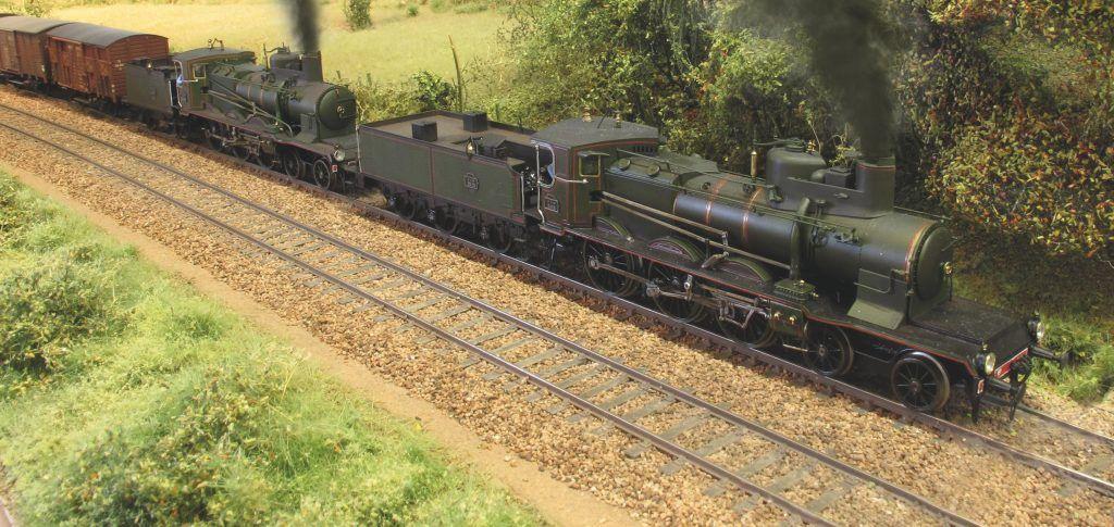 Deux 230 A (Fulgurex) s'époumonent en tête d'un long train de marchandises sur la transversale Chagny-Nevers.
