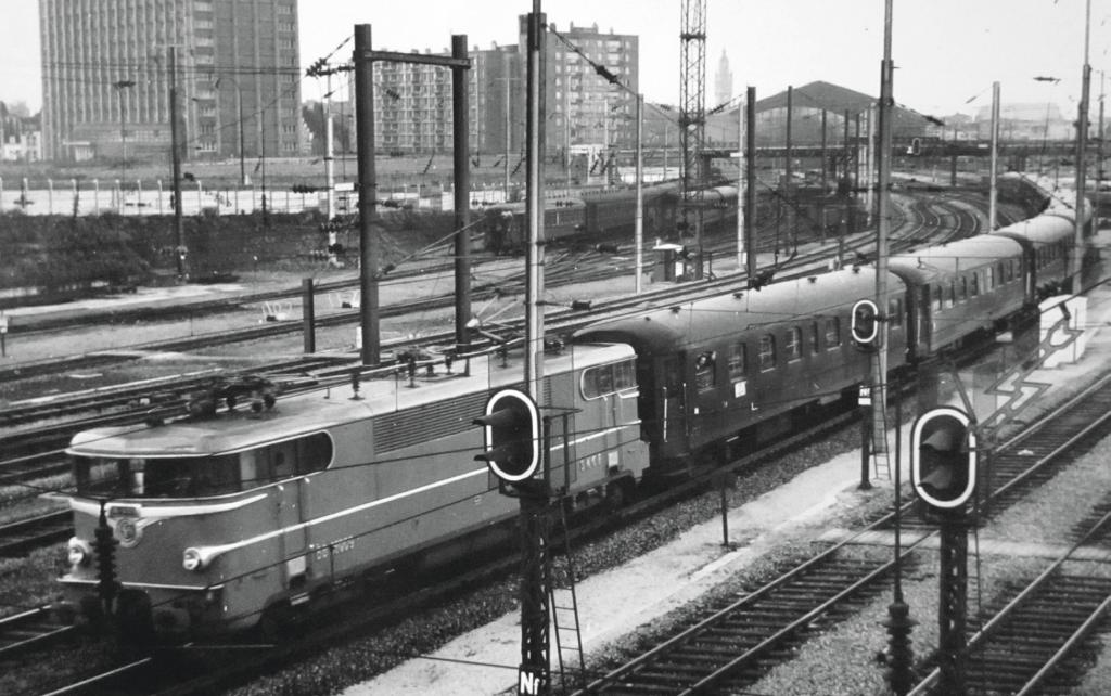 Train rapide Tourcoing Paris tracté par une BB 16000 à Lille en 1969.