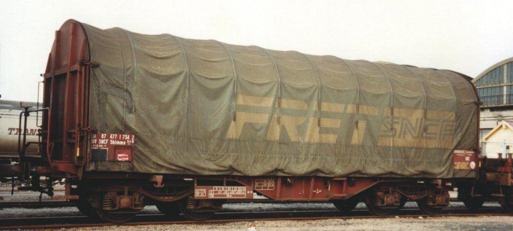Wagon Shimms «°S54 » N° 31 87 477 1 734 2. Ex-S50 transformé en 1986 par bâchage mécanique. Châlons en Champagne, 1993.