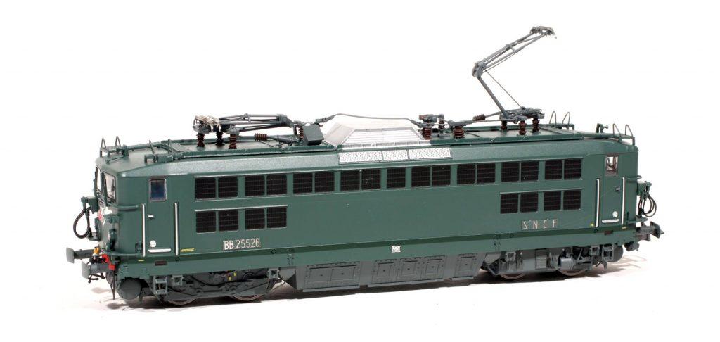 La BB 25526 de Montrouge, nouveau produit de R37. Les archets de pantographes ont reçu un petit coup de pince pour une meilleure conformité à la réalité. Les accessoires de la traverse de tamponnement sont les pièces d'origine R37, livrées peintes !