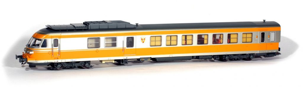 Une motrice RTG de la rame N°32 produite par EPM. L'écope d'entrée d'air est le modèle court pour circulation sur des courbes serrées. Elle porte le blason de Boulognesur- Mer. La boîte de transmission est le coffre jaune pâle situé derrière le bogie (fausse motrice).