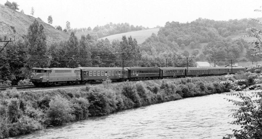 Train Express Tarbes Paris tracté par une BB 9200 entre Lourdes et Pau en 1973.