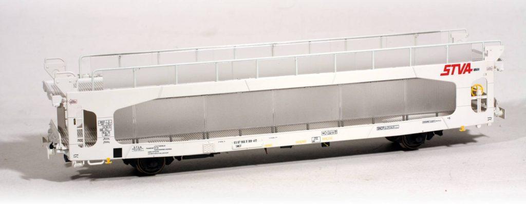 Emblématique du transport de voitures particulières, le wagon TA 260 avec protection Wincar représente le wagon le plus abouti dans son évolution, il a été fidèlement reproduit par L.S.Models.