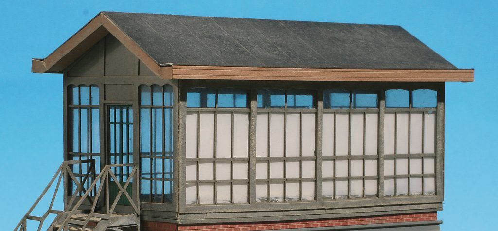 30 - Les structures métalliques sont elles-mêmes traitées avec le même pastel. A noter la face au vitrage peint.