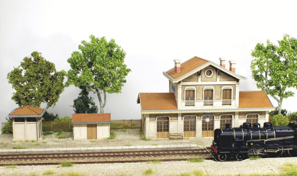 Les bâtiments annexes de la station « LUSIGNY » sont en place. La petite gare se remplie d'activité.