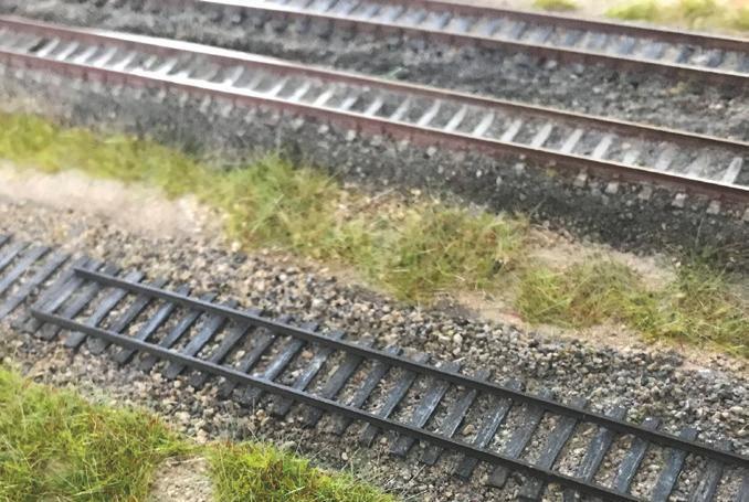 On peut voir les deux premiers coupons de rail de 18 mètres posés. Au fond on aperçoit la double voie Peco en place.