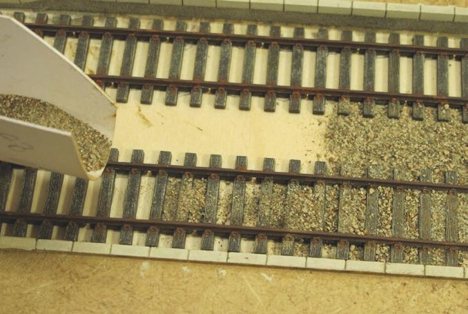 Le ballast (ASOA) est versé fi nement à l'aide d'une goulotte en carton fi n recourbée.