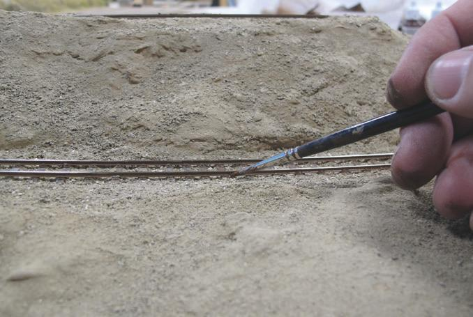 Le profilé du rail reçoit un jus de Brun Rouge 70859 ou de Brun mat 70984 Vallejo / Prince August (voire de 846 Prince August) pour donner des nuances de rouille et vieillir un peu plus le rail.