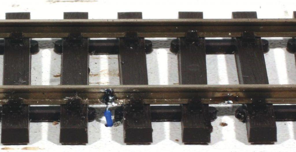 Soudure réussie pour cette liaison électrique entre alimentation et rail.