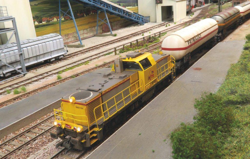Une BB 60000 (Piko) en livrée Infra assure un train de deserte des ITE encore assez présent dans ce secteur industriel de la périphérie rouennaise.