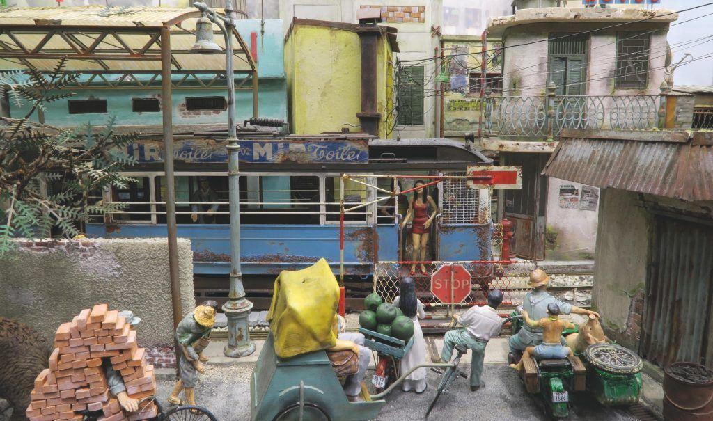 Réseau en G «Asienanlage», très inspiré du Vietnam et de la Thaïlande. Un tramway brinquebalant converti à la traction autonome par la vertu d'un chariot moteur circule dans une ville fictive d'Asie.