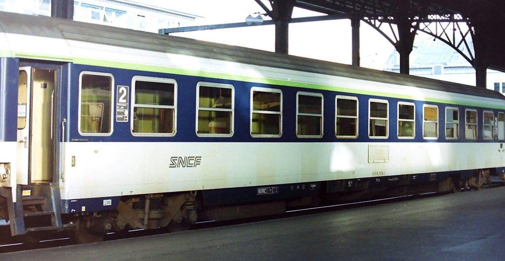 Une voiture couchette Corail B10C10ux en livrée d'origine et sigle nouille en gare d'Austerlitz