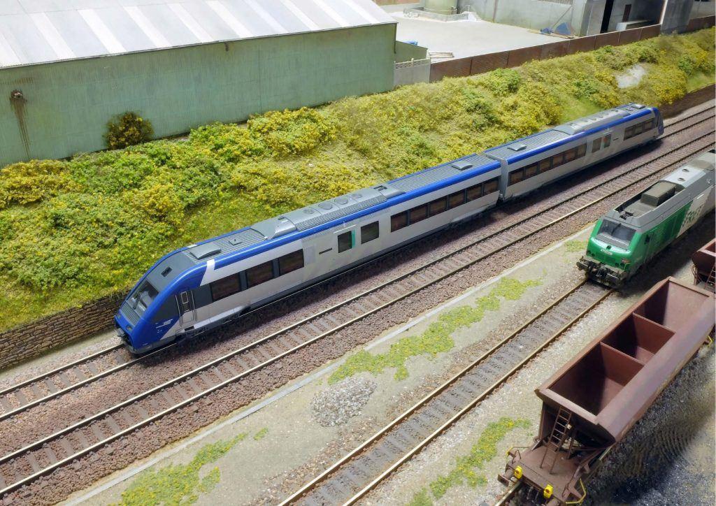 Un Paris-Soissons est assuré par un X 72500 pendant qu'une BB 75000 manoeuvre sur l'ITE adjacent. Bienvenue en 2015 !