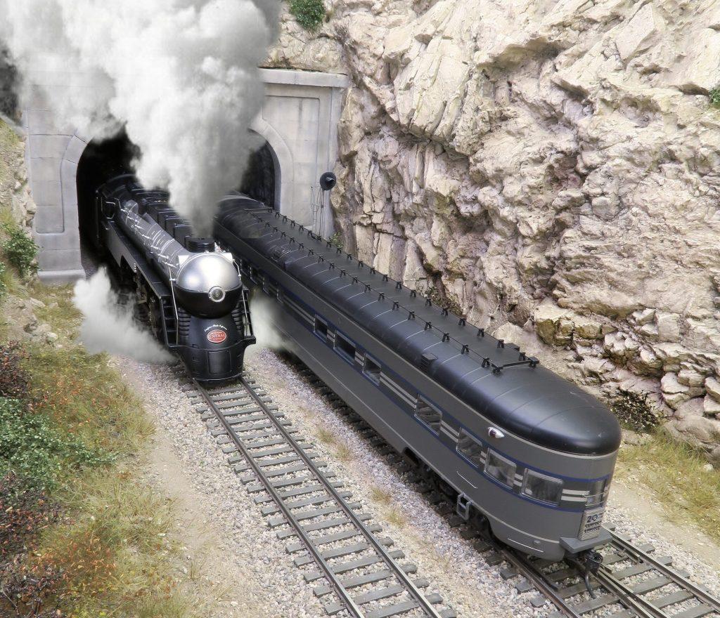 Le Twenty Century Limited va disparaître dans le tunnel de la Brekneck alors qu'apparaît une rare Hudson carénée (deux exemplaires seulement) en 1941 pour l'Empire State Express.