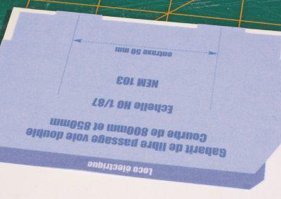 5-La copie est collée à l'aide d'une colle contact (Néoprène transparente) sur cette plaque en plastique.